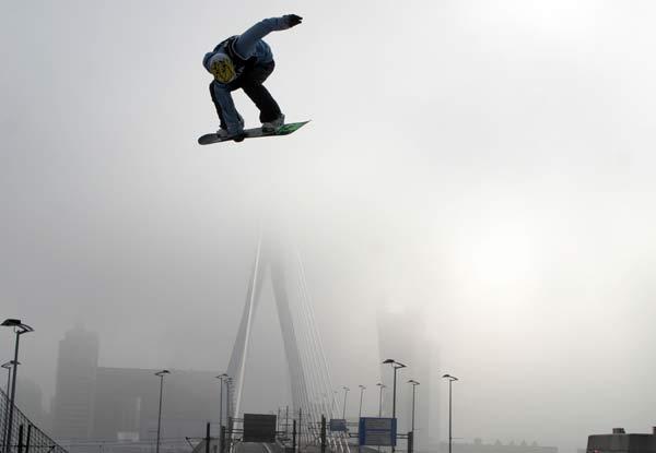Der Schweizer Colin Frei auf der Big Air in Rotterdam Foto: Oliver Kraus, FIS