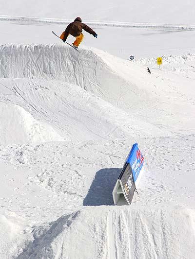 Snowboarder beim Park Opening in Hintertux Foto: Veranstalter