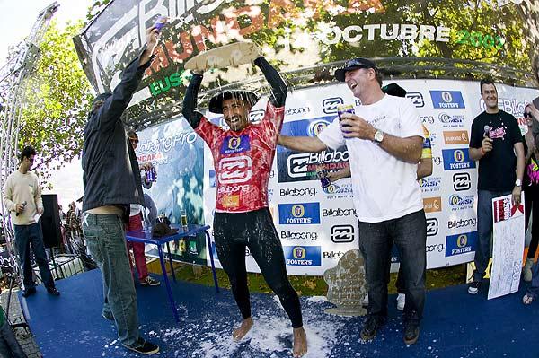 Bobby Martinez feiert seinen Sieg beim Billabong Pro Mundaka Foto: Pierre Tostee, Covered Images