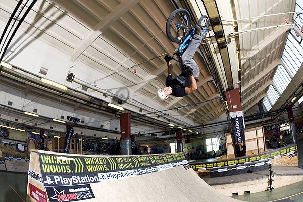 BMX-Fahrer in der Wicked Woods Halle in Wuppertal Foto: eyes wide open