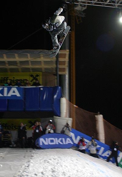 Stefan Gimpl aus Österreich siegte beim Big Air Contest in Graz.  Foto: FIS, Oliver Kraus