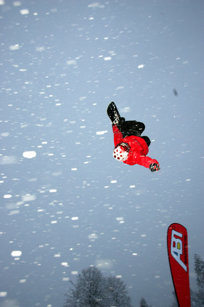 Snowboarder bei der Night On Snow.  Foto: styleandsport
