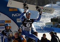 Roland haldi auf den Schultern seiner Teamkollegen. Foto: FIS