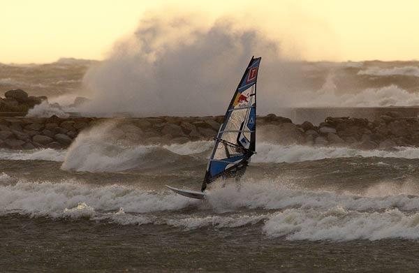 Windsurfer im Sturm.  Foto: Red Bull