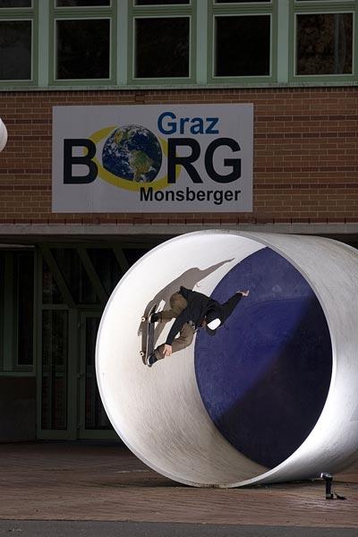 Mone Monsberger auf dem Skateboard.