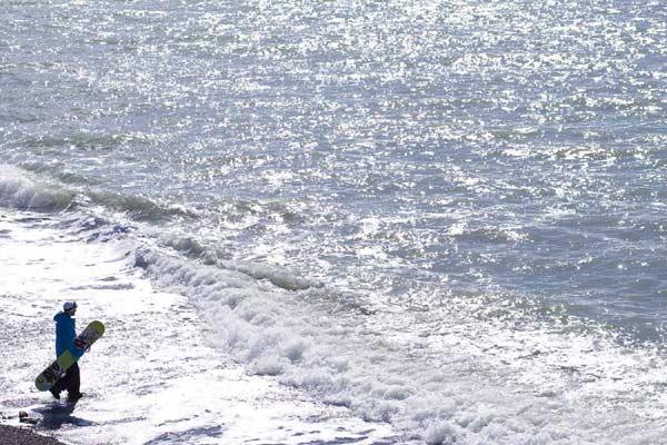 Mit dem Board am Meer. Lamazouere Beach, Abkhazia.  Foto: Eric Berger