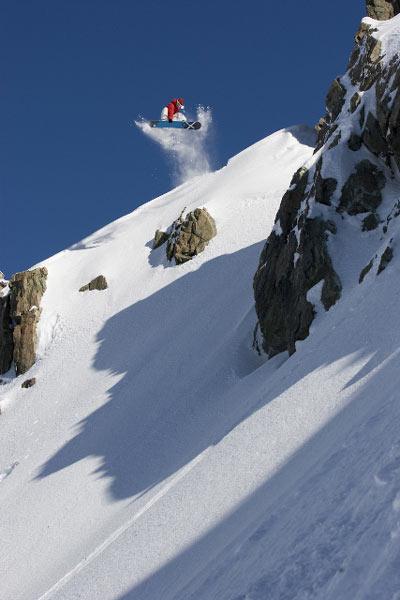 Frederik Kalbermatten lädt internationale Snowboarder nach Saas-Fee.  Foto: Jeff Curtes