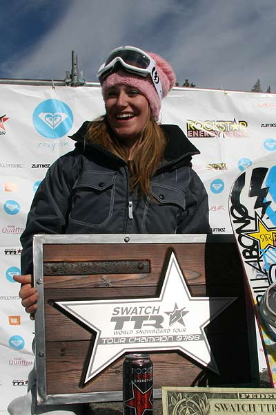 Jamie Anderson kassiert die TTR Tour Champion Trophy beim Roxy Chicken Jam in Mammoth, USA. Foto: TTR