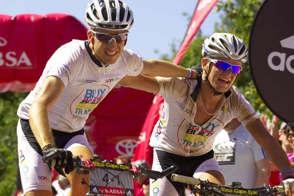 Christoph Sauser und Burry Stander vom Team Songo.info feiern ihren Etappensieg beim Absa Cape Epic 2008 von Knysna nach George, Western Cape, South Africa. Foto: Gary Perkin, Sportzpics