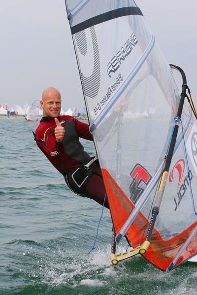 Bernd Flessner beim Auftaktrennen des Deutschen Windsurf Cups auf Fehmarn.  Foto: Thomas Nyfeler