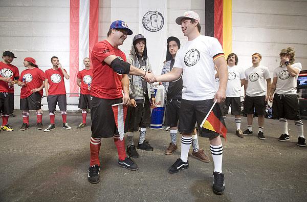 Wimpeltausch vor dem Spiel Deutschland gegen Österreich.  Foto: Mauricio Ramos, Red Bull