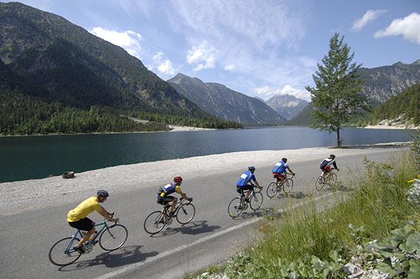 Zeit zum Genießen der Landschaft bleibt den Fahrern der Tour nur wenig.  Foto: tour-transalp.de