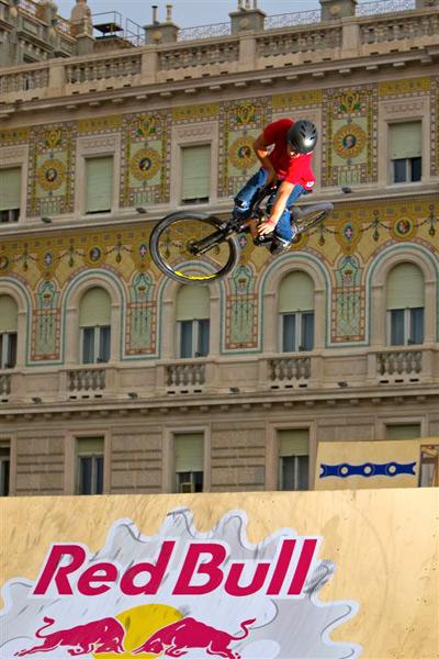 Adam Hauck beim Table Top.  Foto: Daniano Levati/Red Bull