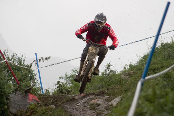 Nick Beer gewinnt den Auftakt des iXS Downhill Cups.  Foto: Thomas Dietze