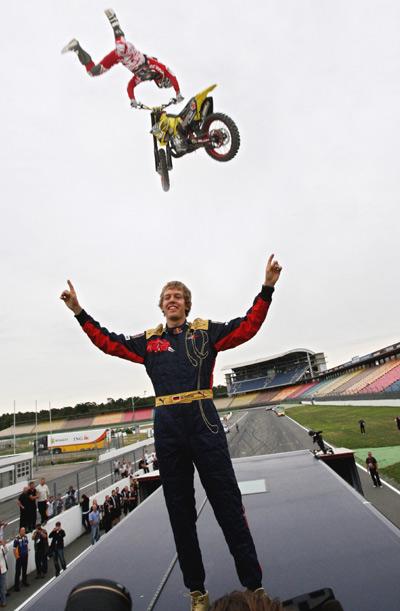 Busty Wolter überspringt Formel 1 Pilot Sebastian Vettel.  Foto: Red Bull