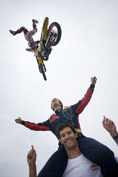 Formel 1 Piloten Sebastian Vettel und Mark Webber hatten ihren Spaß mit Busty Wolter.  Foto: Red Bull