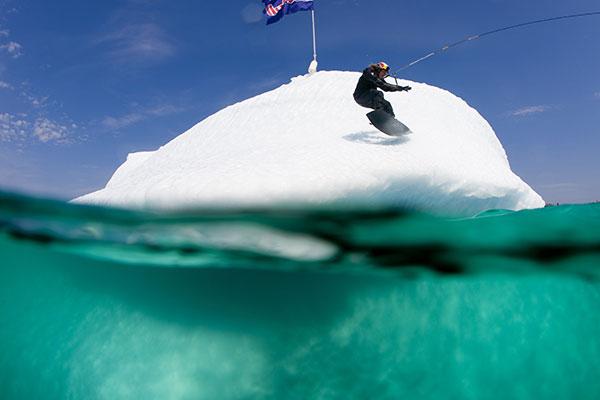 Parks Bonifey funktioniert den riesigen Eisberg zu einem Obstacle um.  Foto: Red Bull/ Christian Pondella