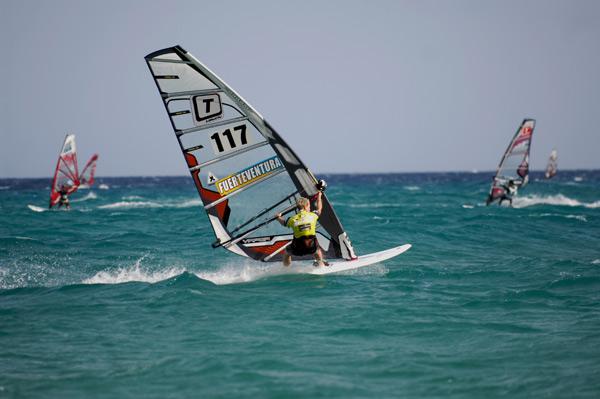 Speedsurfen ist die Leidenschaft von Hobby-Surferin Birgit Höfer. Ihr Traum ist der WM-Titel.   Foto: Burkhard Drews.