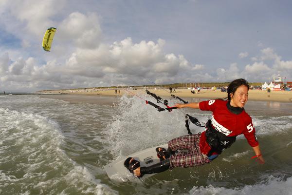 Kitesurferin Sabrina Lutz am Strand von Westerland auf Sylt.  Foto: Kitesurf Trophy/reemedia