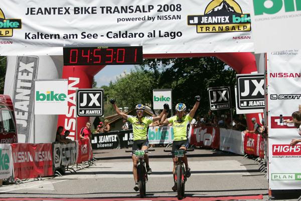 Das Team Bulls um Stefan Sahm und Karl Platt gewinnt die Königsetappe der Bike Transalp 2008.  Foto: Veranstalter