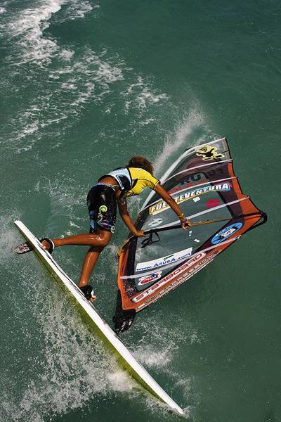 Die erst 17jährige Sarah-Quita Offringa gewinnt auf Fuerteventura überragend den Freestyle-Titel der Frauen.  Foto: pwaworldtour.com