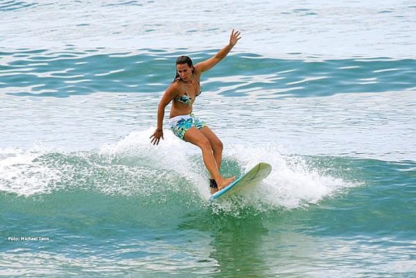 Auch Surferin Carla Twelkemeier wird beim Girls go Surfing Day in Hossegor am 16. August mit dabei sein.  Foto: Roxy Europe/ Michael Ison