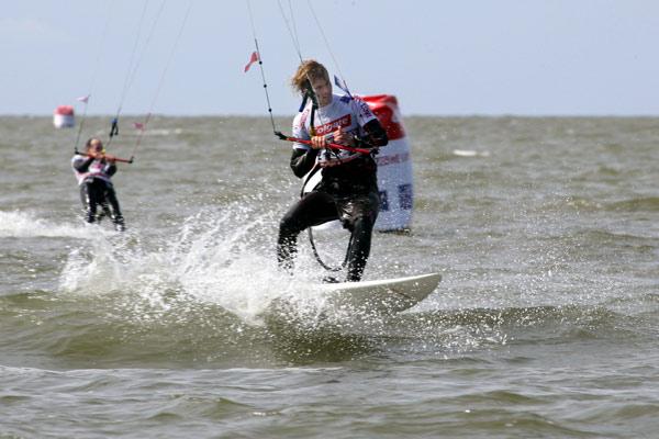 Sebastian Bubmann sorgte für die erste Überraschung beim Kitesurf World Cup in St. Peter-Ording.  Foto: HOCH ZWEI/Michael Kunkel