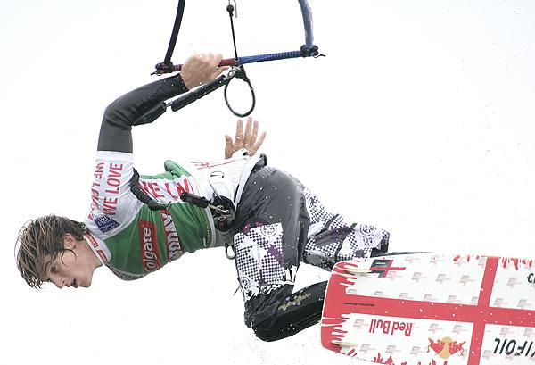 Brite Aaron Hadlow beim Freestyle auf seinem Board.  Foto: HOCH ZWEI/Michael Kunkel