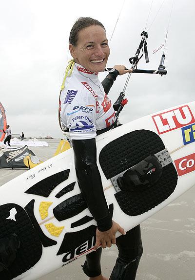 Die deutsche Kitesurferin Kristin Boese am Strand von St. Peter-Ording.   Foto: HOCH ZWEI/Michael Kunkel