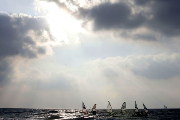 Windsurfer auf dem Wasser. Der Himmel bricht auf.  Foto: Michael Kunkel, HOCH ZWEI