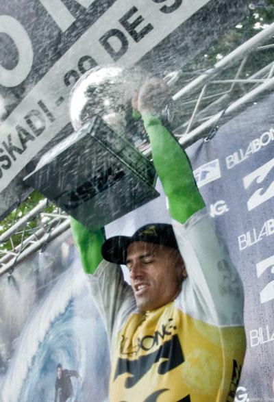 Kelly Slater feiert seinen neunten Weltmeistertitel.  Foto: Timo Jarvinen