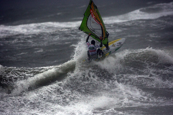 Der Brasilianer Kauli Seadi beim Surf World Cup 2008 auf Sylt.  Foto: HOCH ZWEI / Malte Christians