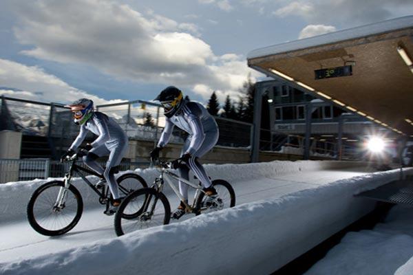 Taylor und Sundbaum auf der Bobbahn.  Foto: Markus Greber/ adiridas.com
