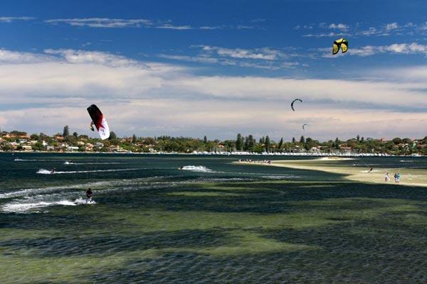 Kitesurfer am Strand.