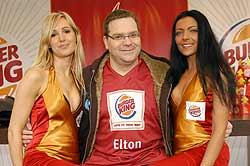 Elton in Begleitung. Foto: ProSieben
