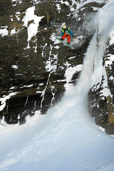 Raphael Bullet stürzt sich von den Felswänden.  Foto: Marc Weiler
