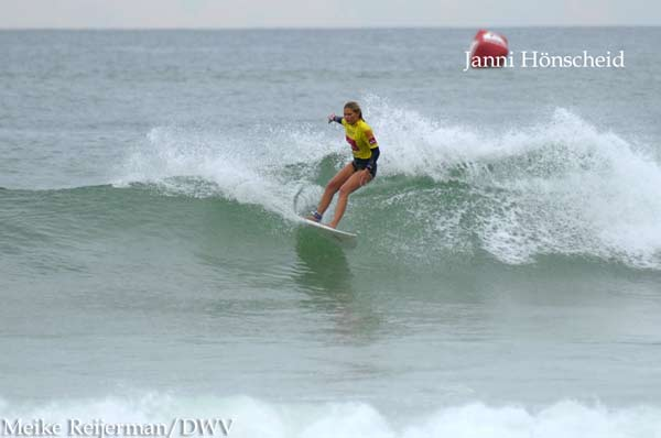 Janni Hönscheid bei den ISA World Junior Surfing Games.  Foto: Meike Reijerman