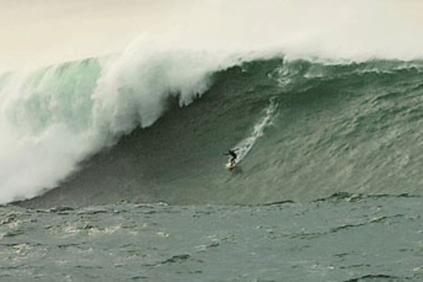 Big Waver Surfer in Aktion.  Foto: Billabong