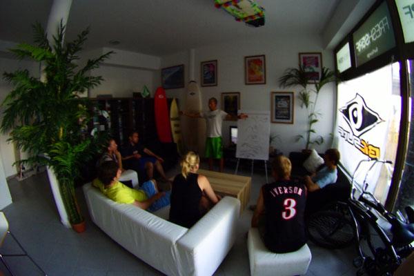 Theoriestunde bei FreshSurf auf Fuerteventura.  Foto: FreshSurf