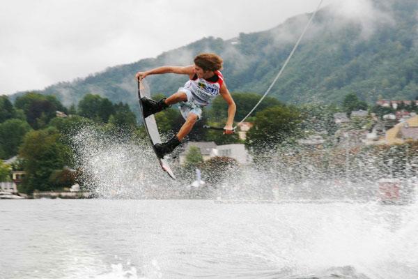 Dominik Hernler beim Wakeboarden.  Foto: DiboardiMarketing