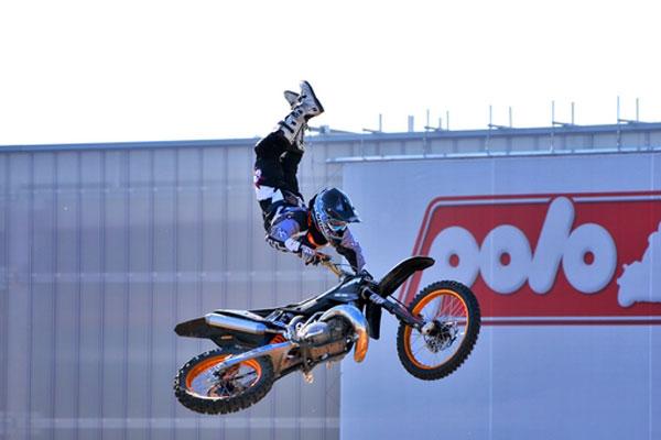 Hannes Ackermann beim Freestyle Motocross.  Foto: Petipix