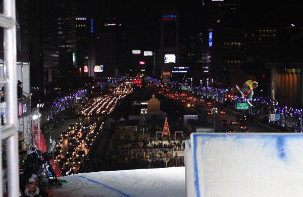 Stefan Gimpl beim Big Air Seoul.  Foto: FIS-Oliver Kraus