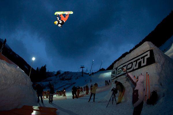 Luca Schranz über das Monster Gap.  Foto: Roland Haschka