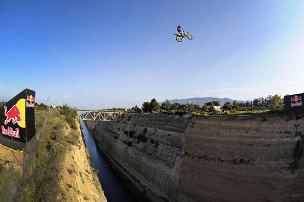 Roobi Maddison springt über den Korinth Kanal.  Foto: Euro-Newsroom/sportsandnews