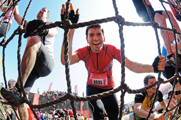 Strongman Run: Auch das Spinnennetz mussten die Teilnehmer bewältigen.  Foto: Fishermans Friend