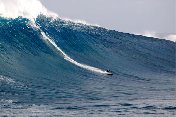 Sebastian Steudtner surft am Big Wave Spot Jaws auf Hawaii.  Foto: Eric Aeder.com/BillabongXXL