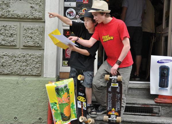 """Julian Roth (12) und Fabian Fretz (16) aus Meilen suchen nach Posten während der """"Rollladen-Trophy"""" 2009.  Foto: Veranstalter"""