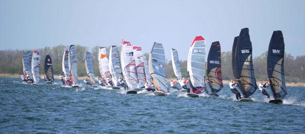 Racingstart beim Deutschen Windsurf Cup auf Rügen 2010.  Foto: Veranstalter