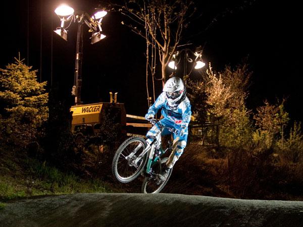 Daniel Auerswald, Organisator des Fourcrossrennens, beim Test unter Flutlicht Foto: Thomas Dietze