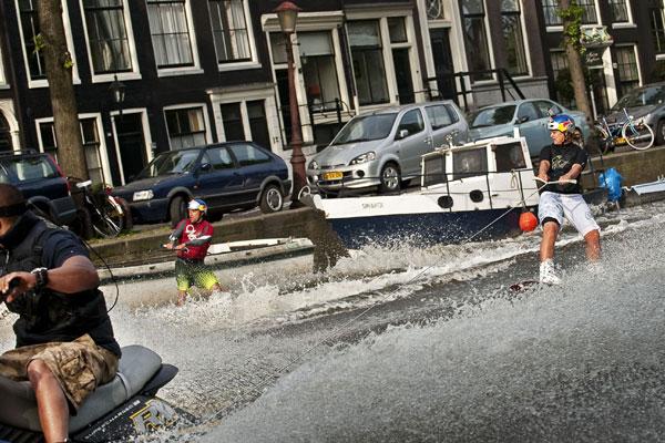 Duncan Zuur und Denise de Haan auf (fast) legaler Surftour.  Foto: Euro-Newsroom/sportsandnews